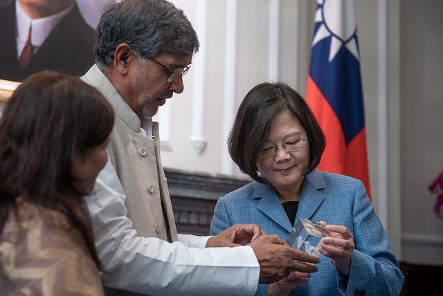 President Tsai receives a gift from Kailash Satyarthi, Founder of India's Kailash Satyarthi Children's Foundation and 2014 Nobel Peace Prize Winner.