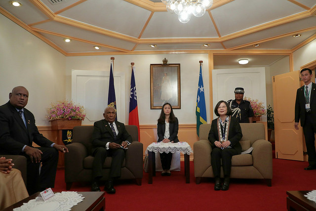 President Tsai meets with Solomon Islands Governor-General Frank Kabui.