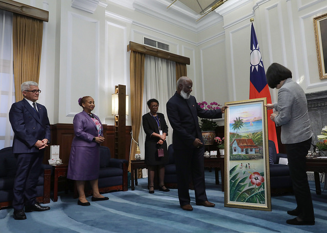 President Tsai receives a gift from Belize Minister of Foreign Affairs Wilfred Elrington.