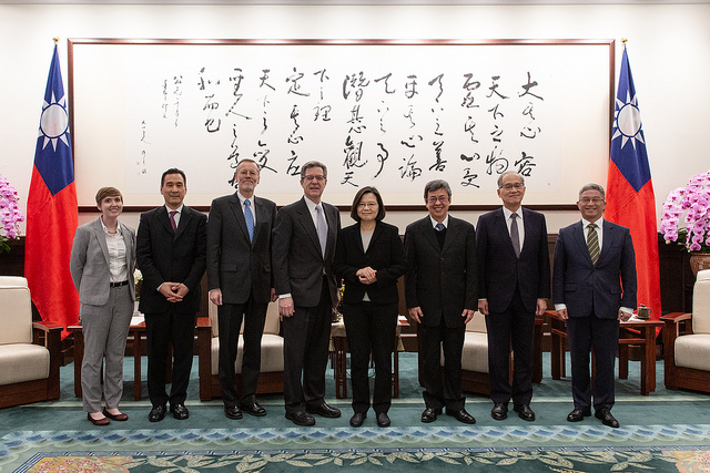 President Tsai poses for a photo with a delegation led by Samuel Brownback, US Ambassador-at-Large for International Religious Freedom.