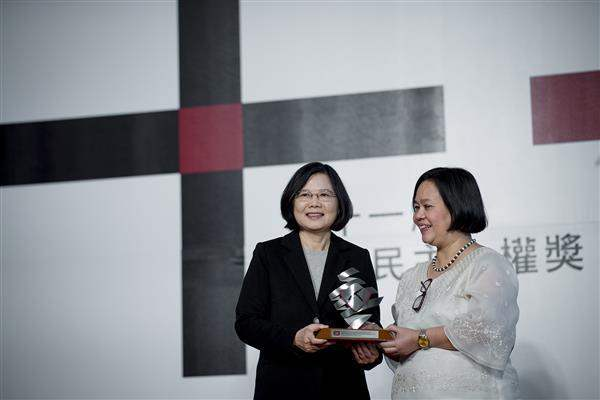 President Tsai presents the 2016 Asia Democracy and Human Rights Award to Secretary-General Mary Aileen Diez-Bacalso of the Asian Federation Against Involuntary Disappearances.