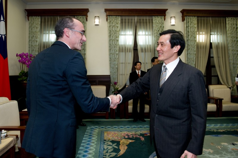 President Ma shakes hands with Arthur C. Brooks, President of the American Enterprise Institute.