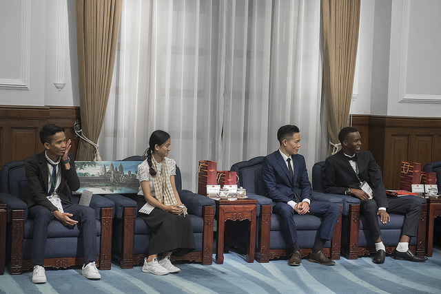 President Tsai meets with foreign youth representatives sponsored by the Taiwan Fund for Children and Families.