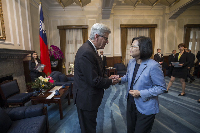 President Tsai meets with Mississippi Governor Phil Bryant.