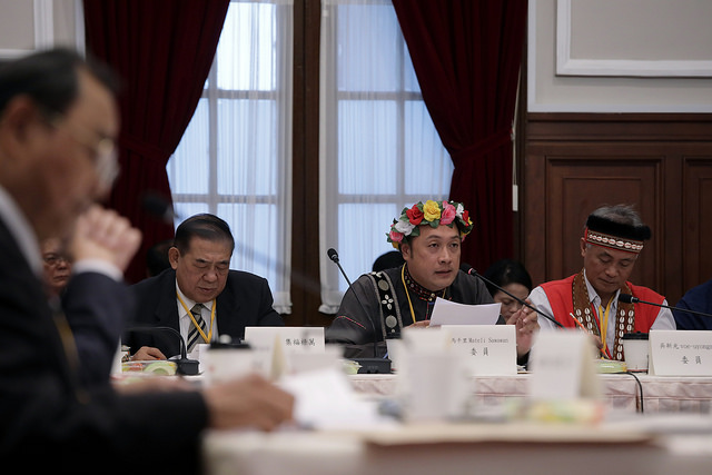 A participant expresses his opinion at the fifth meeting of the Presidential Office Indigenous Historical Justice and Transitional Justice Committee.