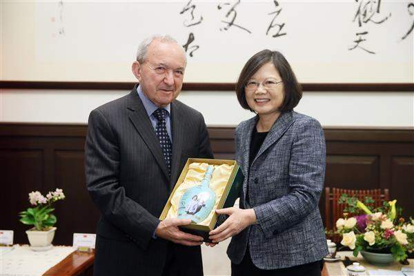 President Tsai exchanges gifts with noted foreign participants in the third Constitutional Court Simulation.