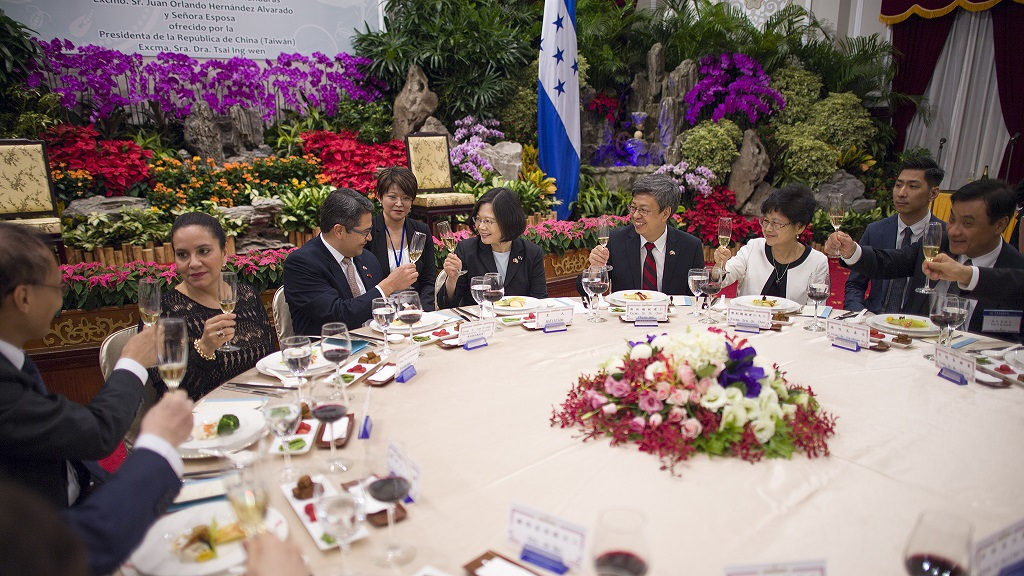 President Tsai Ing-wen, together with Vice President Chen Chien-jen and Mrs. Chen, hosts a state banquet for Honduran President Juan Orlando Hernandez and Mrs. Hernandez.