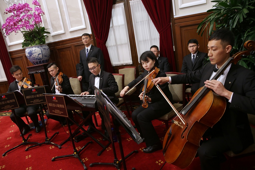 The live music at a state banquet is usually performed by the Ministry of National Defense Symphony Orchestra.