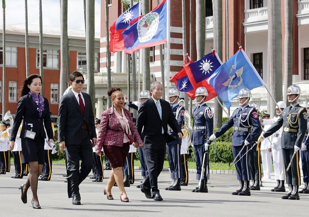 Officials from the Office of the President and the Ministry of Foreign Affairs escort a newly appointed ambassador to the ROC in reviewing the honor guard.