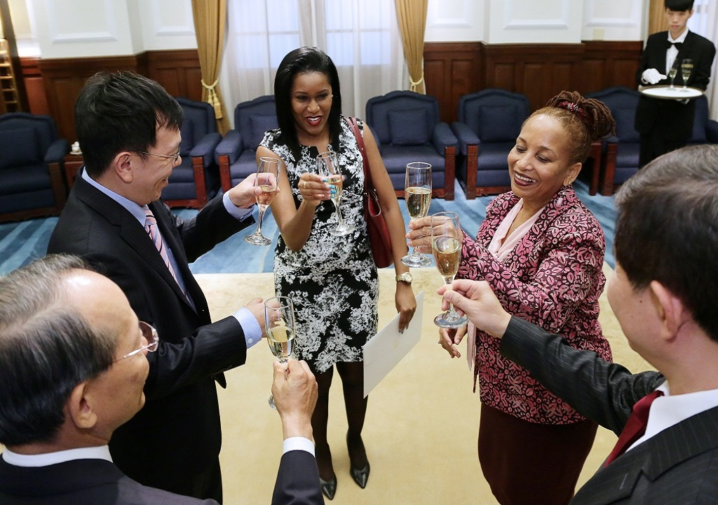 ROC officials congratulate a newly appointed ambassador to the ROC with a toast.