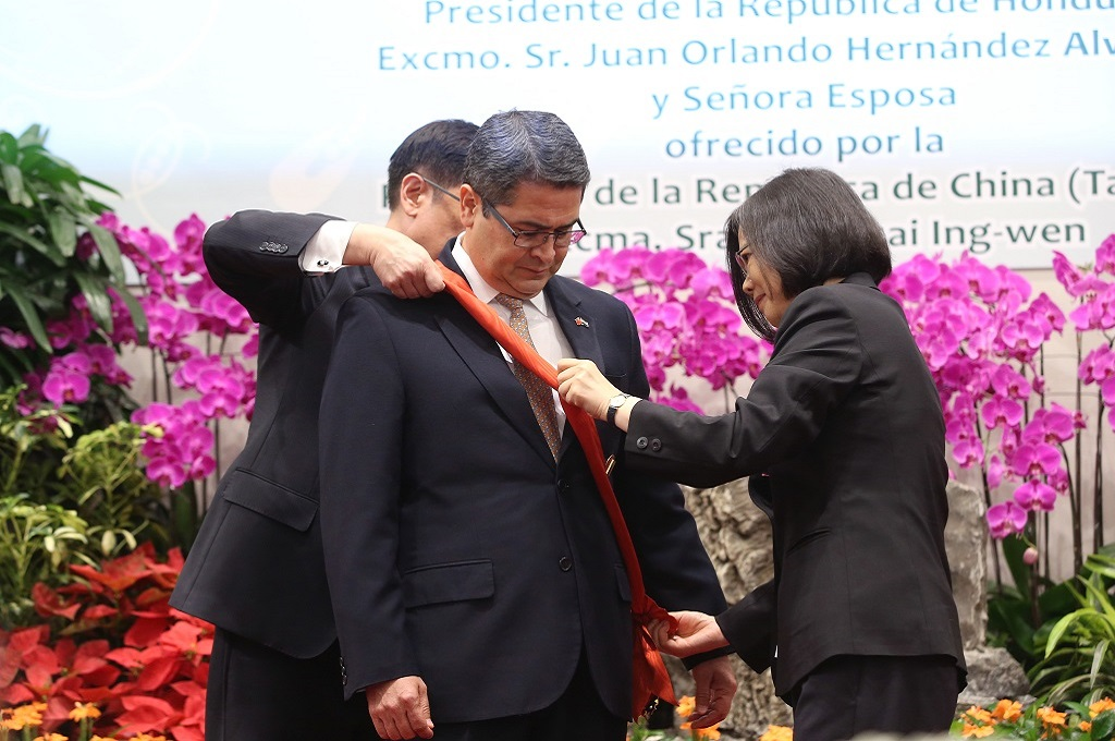 The President confers the Order of Brilliant Jade with Grand Cordon upon a foreign leader of state.